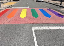 Un paso de cebra con los colores del arco iris